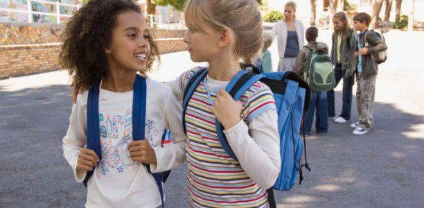 Doctors give advice to parents on selecting a good backpack for their children